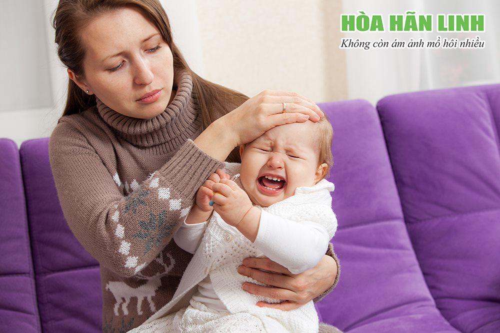 Bé đổ mồ hôi đầu bất thường có thể do ốm sốt